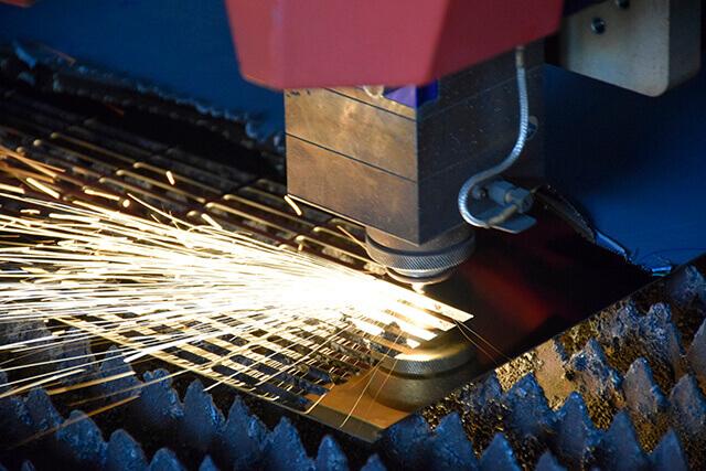 Cắt kim loại bằng máy cắt laser hiện đại