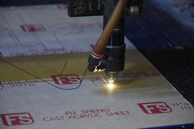 Cắt mica bằng laser